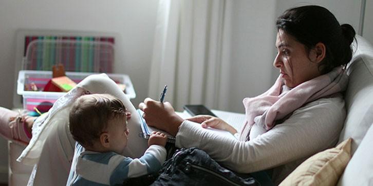 ComunidadMujer busy-mom-working Mujer y trabajo Noticias Noticias destacadas Opinión